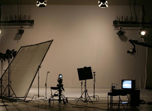 摘要:全世界每个地方使用着各种不同的技术、演出和类型风格进行电影制作,美国的好莱坞大片模式更是让大家都耳熟能详。因此美国成了众多渴望在电影行业发展的学生的梦想之都。 全世界每个地方使用着各种不同的技术、演出和类型风格进行电影制作,美国的好莱坞大片模式更是让大家都耳熟能详。因此美国成了众多渴望在电影行业发展的学生的梦想之都。那么,如果想要申请美国的电影专业,我们初步应该了解哪些知识?